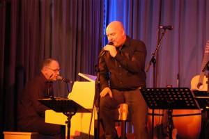 Bobby Leupold und Stefan Müller - die Tafel-Organisatoren läuteten am Freitag das 4. Benefiz-Konzert ein,es brachte 4000 Euro. Foto: Hertlein