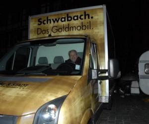Werve-und stadtgemeincvhaft-Chef: Bruno Fetzer undsein Goldmobil. Foto: Hertlein