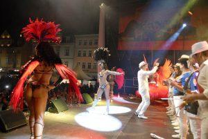 A Bunda, Göteborg -Tänzerinnen und Band. Aufwärmtraining hinter der Bühne, Spektakel auf derselebigen. Fotos: Matthias Hertlein