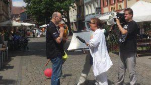 Caro Lubowski interviewt für das Kulturamt Schwabach Passanten und Stadtbewohner, manche haben sogar ihren Vogel (Papagei) dabei. Rechts Allround-kameramann Eric Deyerler. Foto: Hertlein