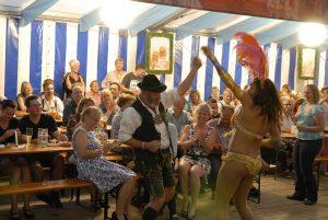 Alt und junge waren in Waakirchenaufden Beinen- Lederhosem Dirndl gegen viel nackte Haut und heiße Rhythmen...Fotos: Matthias Hertlein