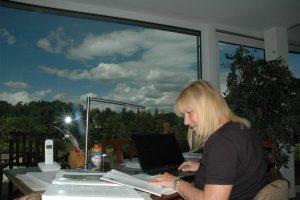 """Ist bei der 20. Schwabacher LesArt als Lokalmatadorin auch vertreten: Schriftstellerin Sabine Weigand mit ihrer neunten Veröffentlichung """"Helga"""". Foto: Hertlein"""