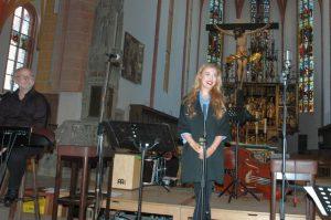 Laur Pfister ist deses Mal verhindert, dafürsingt Abiturientin Katharina Schlammebrger....Foto Hertlein