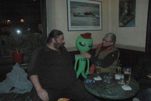 Ein Bier bitte....ein Alien hat Durst und beuscht die MARKGRAF-Kneipe. Hecvkel, doc Knotz undDani warendabei...Fotos: Hertlein
