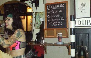 Continental mit Ex-Dropkick Murphy Rick Bartonspielenam 26. Oktober im flanigans. Kürzlich begeisterten dort Linving Deads. auch Max (l.) und TME-chef Kalle gefieldiemusik,sie tauschten sich aber uch das Kochenaus.Fotos: Matthias Hertlein