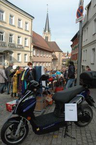 Der Rollerverkauf, bestimmt kein typischer Trempelmarkt-Schnäppchen bei 750 Euro am Spitalberg!!!Foto: Hertlein
