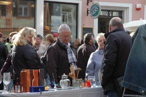 Schmökerten ebenfallsaufdem Trempelmarkt: Ex-Stadtkämmerer rchard Schwager undGattin. Foto: Hertlein