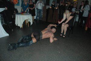 Elke 60 - die männer liegen ihr zu Füßen...Foto Hertlein