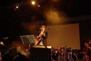 Pippo Pollina live in Erlangen,dort präsentierte er mitseiner vorzüglichen Bandu.a. die neue CD ..Foto: Hertlein