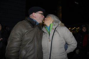 Miteinem kuss ins eue Jahr - Grünen-Chef Klaus Neunhieffer und Gattin Petra genossen open-Air den ahreswechsel auf ihre Weise- Foto: Hertlein