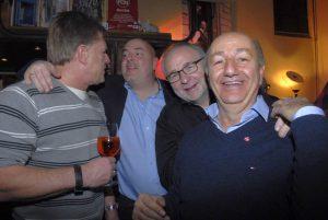 Promi-Wirt Enzo (r.9 undseine FeirRasselbande: Mike dosch. Staefan unmüller und Bobby Leupold (v.l.)