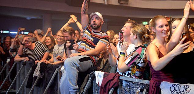 Franken-Szene:Wunderbar -Christkind Begnina Munsi souverän/Alpenrock aufpoliert/NC Brown-Kofferfabrik/Sven Bach in der Comödie Fürth ...